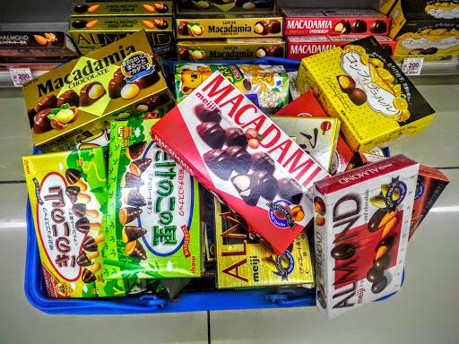 買い物かごにチョコレート山盛りの写真