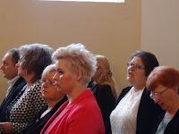 08 A gyülekezet a Jézus szíve, szeretlek én éneket énekli.JPG