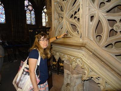 2017.08.22-009 Stéphanie caresse le chien dans la cathédrale
