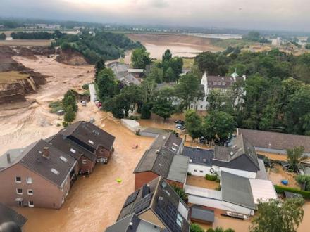 """Δυτική Ευρώπη : οι χειρότερες πλημμύρες των τελευταίων 100 ετών - """"Καμπανάκι"""" των ειδικών για όλη την Ευρώπη"""