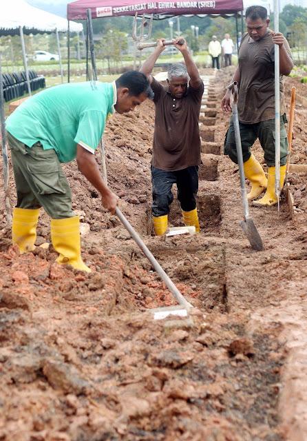 TragediTahfiz: Petugas di Tanah Perkuburan Raudhatul Sakinah,  Taman Batu Muda sebagai persiapan untuk pengebumian mangsa kebakaran tahfiz