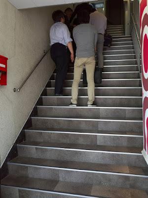 2Fのお店へと続く階段は、ランチタイム行列