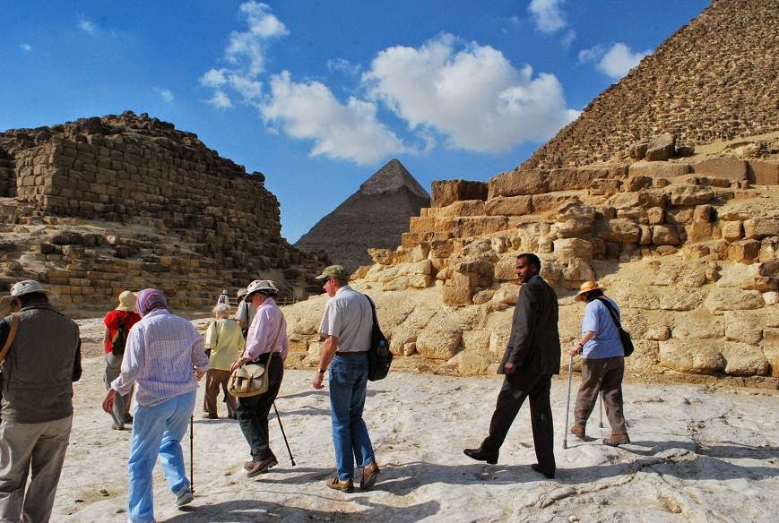 giza-party-at-queens-pyramidswith-khafre-beyond