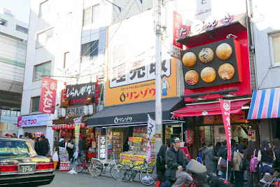 Sights of Osaka - Amerikamura, here you see the other two takoyaki stands on the same street by Mitsu Park, a little park by an intersection that is like a triangle so it's also nicknamed Sankaku Koen for Triangle Park