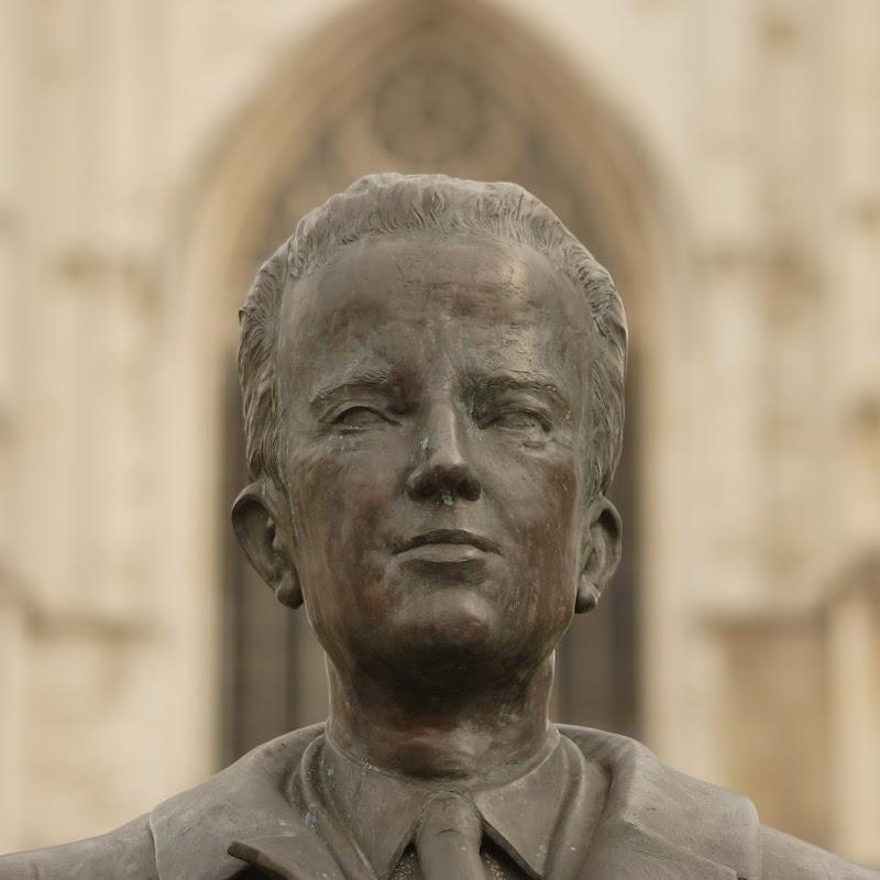 Brussels_168 King Baudouin Statue.jpg