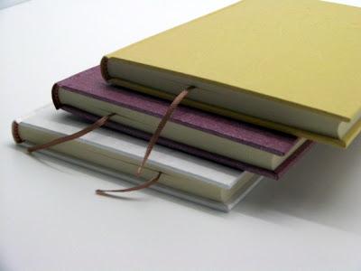 表紙と中身の紙に和紙を使用した丸背の上製本ノート。1冊ずつ手製本し、表紙に刻印でエンボスする事も可能。