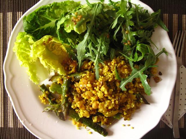 Szparagi z kiełkami i kaszą oraz sałata