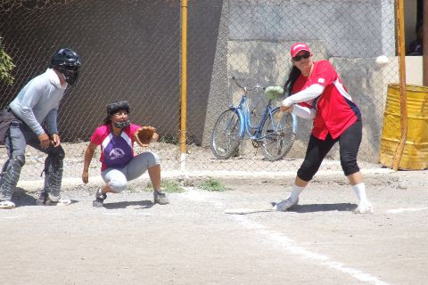Hortencia Montemayor de Pioneras de Vallecillo en el softbol femenil del Club Sertoma