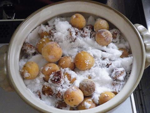 梅の半量の砂糖を投入