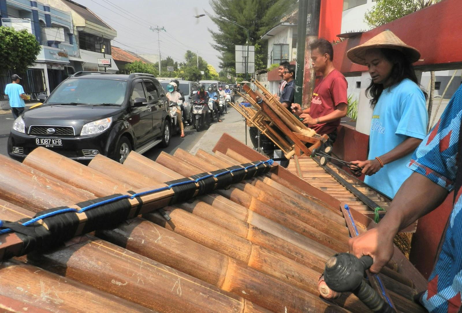 Hasil gambar untuk angklung jalanan Yogyakarta