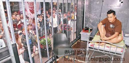 張建聲昨日在旺角「入冊」,惹來大批市民圍觀。