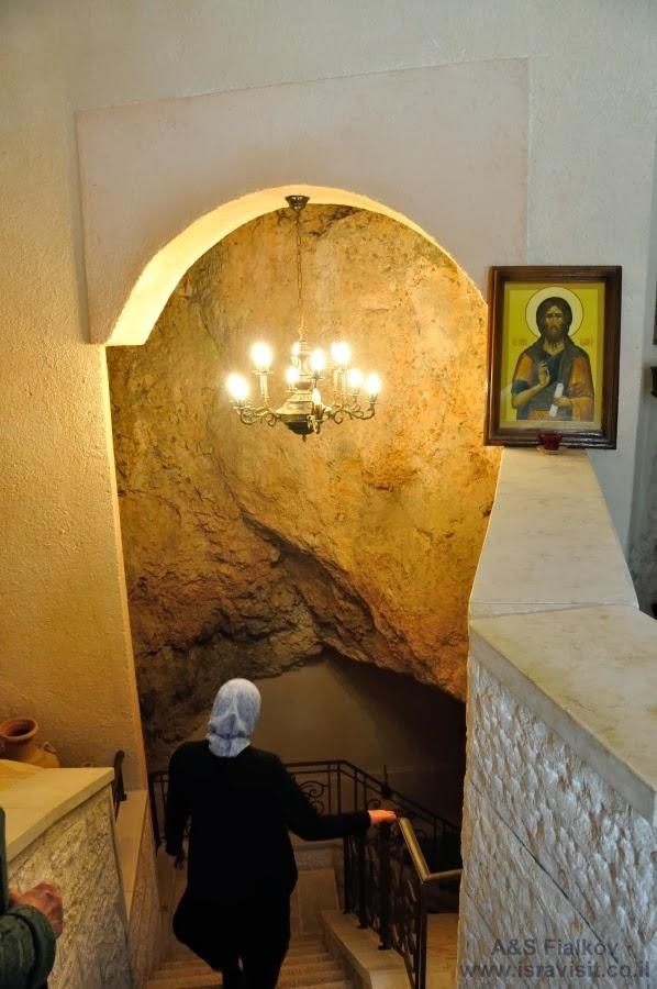 Спуск в пещерную часть храма  Иоанна Крестителя. Экскурсия в Горненский монастырь.  Гид в Израиле Светлана Фиалкова.