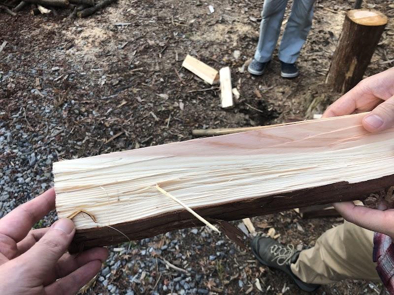 割ったばかりの薪。ヒノキの香りがたまらない。