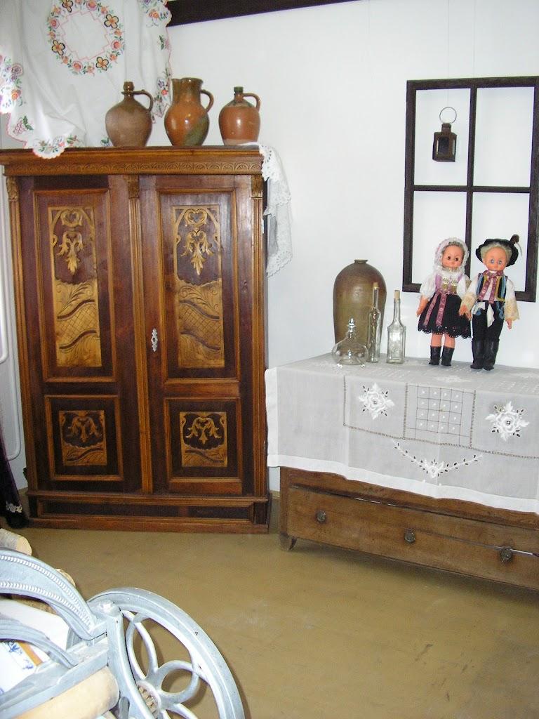 drevená skriňa a komoda
