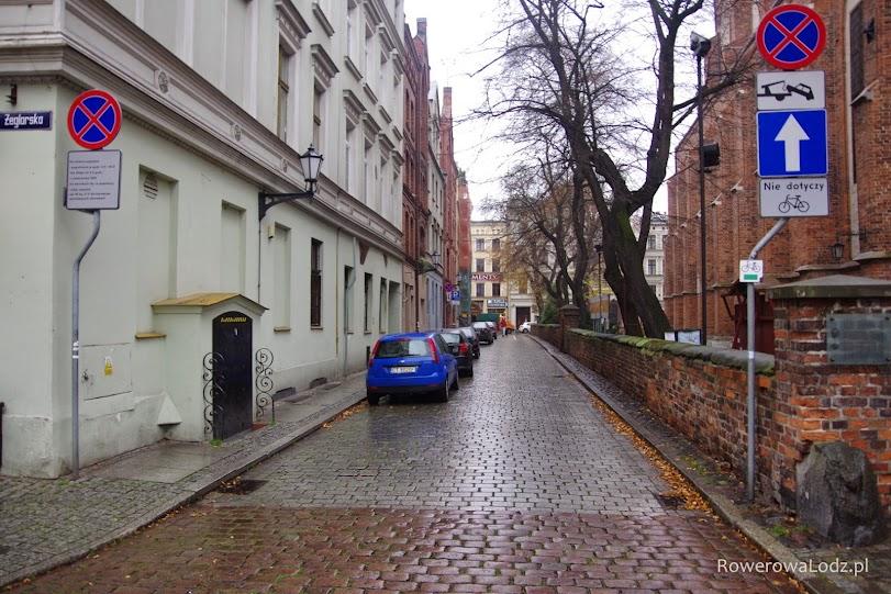 Kolejna ulica jednokierunkowa tylko dla samochodów. Znowu żadnego malowania pasów, a dopuszczenie ruchu rowerów jedynie za pomocą znaków pionowych.