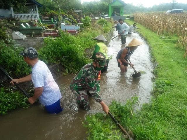 Cegah Banjir, Anggota Koramil Tipe B 0808/02 Garum Melaksanakan Karya B