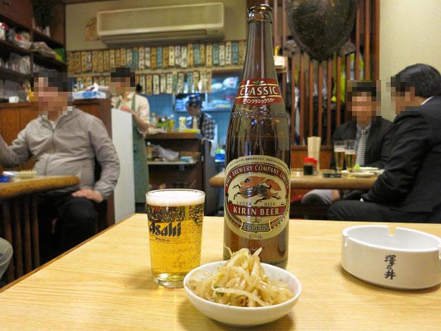 大露路の店内で瓶ビール