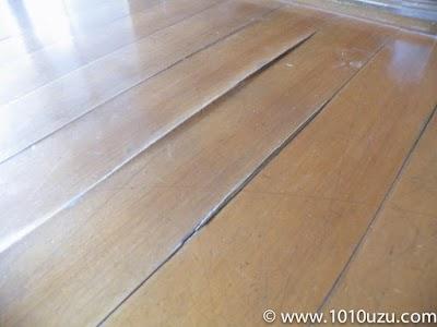 踏むと凹む床板