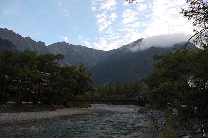 早朝の河童橋と背景の穂高連峰