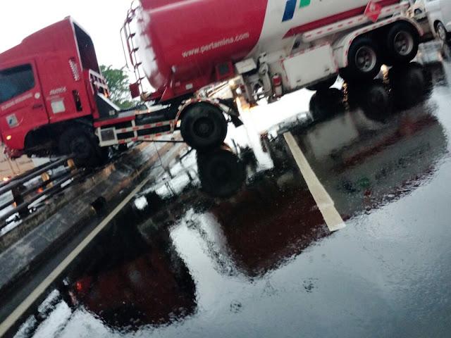 Kecelakaan truk tanki Pertamina di Tol Wiyoto Wiyono arah Tanjung Priok