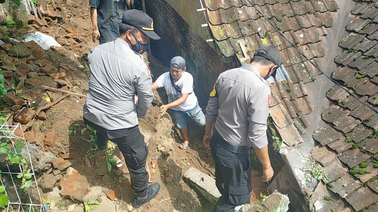 Longsor Menimpa Dua Rumah Warga Jebol di Desa Maja Utara