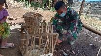 Jalankan Prokes, Prada Nanda Supriyadi  Bantu di UMKM Anyaman Bambu