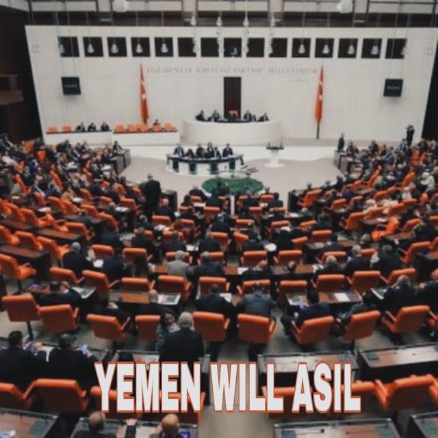 """وافق البرلمان التركي بأغلبية 325 صوتا مقابل 184 صوتا على مذكرة تفويض رئاسية لإرسال قوات إلى ليبيا، لدعم الحكومة المعترف بها دوليا في طرابلس برئاسة فايز السراج.    وعقدت هذه الجلسة الاستثنائية قبل موعد افتتاح البرلمان في السابع من يناير/كانون الثاني الجاري، مما أشار - بحسب محللين - إلى محاولة الحكومة التركية الحصول على تفويض عاجل من البرلمان.    ويسمح هذا التفويض لأنقرة بإرسال قوات غير قتالية كمستشارين ومدربين لقوات الحكومة المعترف بها في حربها ضد قوات القائد العسكري خليفة حفتر في طرابلس.    وعارضت أحزاب المعارضة وعلى رأسها - حزب الشعب الجمهوري - هذا التفويض باعتباره """"يفاقم حدة الصراع الليبي ويؤدي لانتشاره في المنطقة """".    إلا أن المعارضة لم تستطع تعطيل تمرير المذكرة في البرلمان، حيث ينتمى 290 عضوا في البرلمان من أصل 600 عضو إلى حزب العدالة والتنمية الحاكم في تركيا، وساند حزب العدالة والتنمية حليفه في البرلمان حزب الحركة القومية والذي لديه 49 عضوًا.    وكانت زعيمة """"الحزب الجيد"""" المعارض، ميرال أكشنار قد أعلنت قبل التصويت رفضها للمذكرة، مبررة ذلك بأنه """"يزيد الوضع في ليبيا سوءا ويقحم تركيا في صراعات مع الدول العربية ويحول ليبيا إلى سوريا أخرى"""".    وقال أونال شفيق أوز نائب رئيس حزب الشعب الجمهوري، إن القرار سيدخل تركيا كطرف أساسي في الأزمة وإن المطلوب هو التوصل لحل سياسي وليس عسكري.    لكن نائب الرئيس التركي فؤاد أوكطاي قال إن بلاده قد لا تضطر لإرسال قوات إلى ليبيا في حال أوقف القائد العسكري خليفة حفتر هجومه على العاصمة طرابلس وانسحب من محيطها.    وستشكل مذكرة التفويض، ورقة بيد الرئيس التركي رجب طيب أردوغان يستطيع استخدامها أو تجميدها وهي صالحة لمدة عام واحد من تاريخ صدورها.    وكان أردوغان قد قال في خطاب في أنقرة الشهر الماضي إنه """"سوف يمرر مذكرة التفويض للبرلمان، استجابة لدعوة تلقاها من حكومة الوفاق الوطني في طرابلس""""، وذلك بعد أن صدق البرلمان التركي في الـ 21 من ديسمبر/ كانون الثاني الماضي على اتفاق تعاون أمني وعسكري مع حكومة السراج.    وتلقى قوات القائد العسكري خليفة حفتر دعم السعودية ومصر والإمارات، وعلاقات هذه الدول جميعا مع تركيا إما متوترة أو محدودة.    ومازالت حكومة الوفاق الوطني المعترف بها دوليا تصد منذ أشهر هجوم قوات حفتر المتمركزة شرقي ليبيا.    وعبرت موسكو عن"""