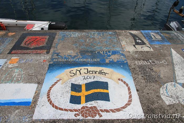 Достопримечательности Фаяла - рисунки моряков на пирсе в Орте