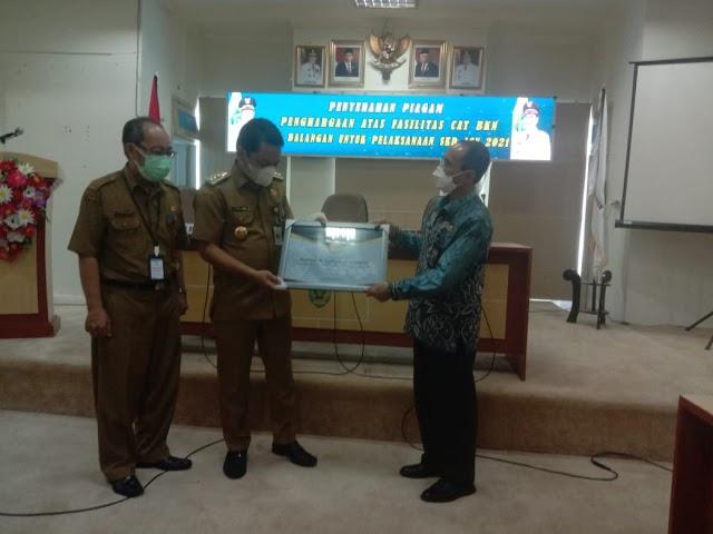 Abdul Hadi Terima Penghargaan atas Fasilitasi CASN dari Kepala Kantor BKN Regional VIII Banjarmasin