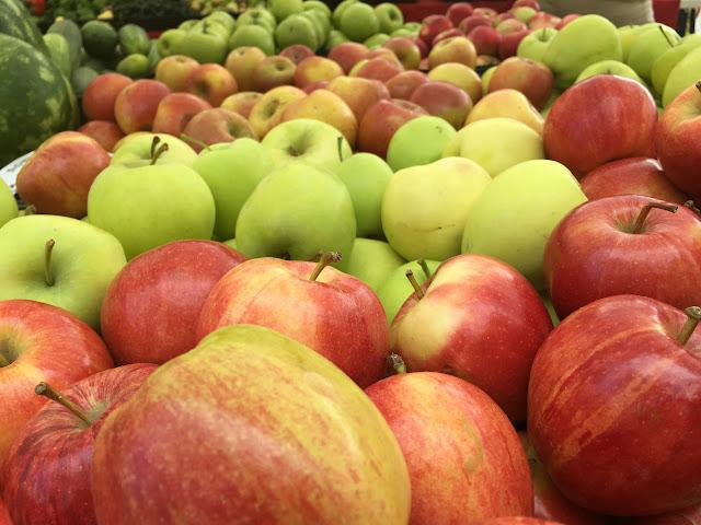 Fresh crispy organic apples from Wenatchee, Washington. At the Renton Farmer's Market.