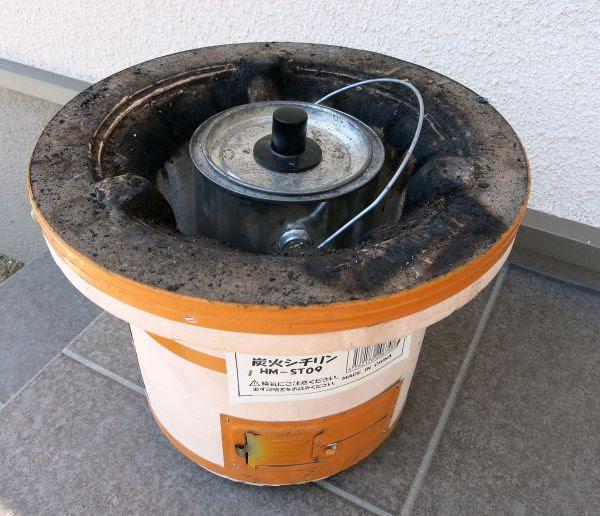 七輪にすっぽり収まる炭壺