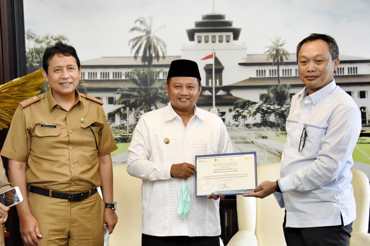 Uu Ruzhanul Ulum Sabet Penghargaan Stakeholder Pendukung PLN