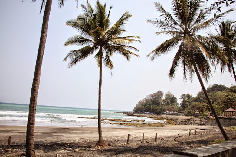 gambar pantai karang hawu sukabumi jawa barang