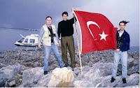 δημοσιογράφοι με τουρκική σημαία στο βράχο των Ιμίων το 1996, journalists with turkish flag on Imia isle.