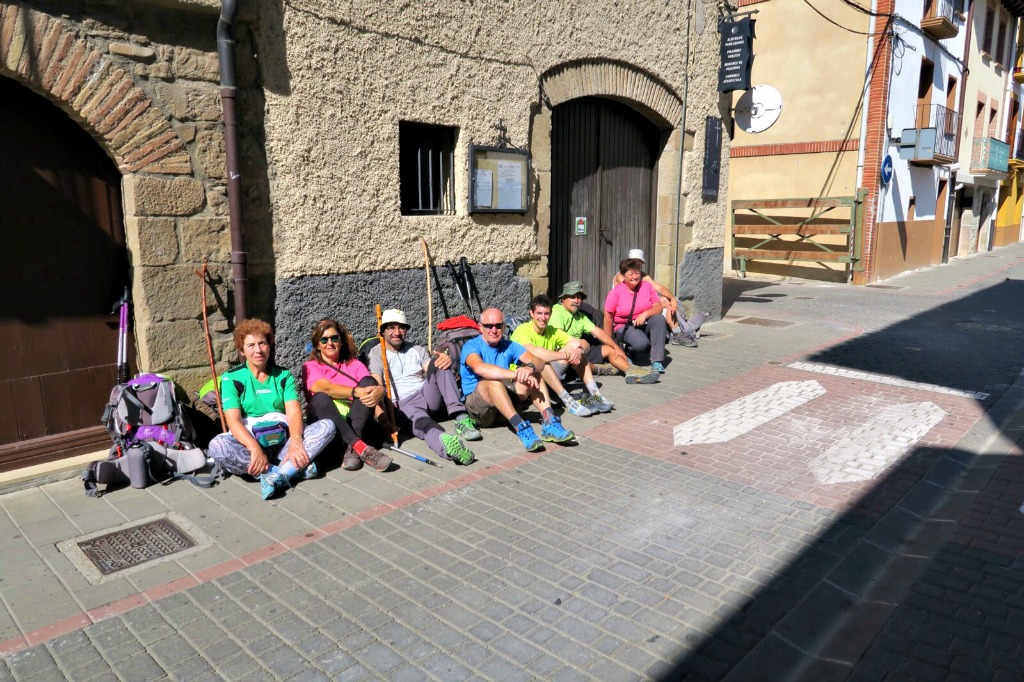 Peregrinos a la espera de la apertura del albergue de Sangüesa - Camino de Santiago
