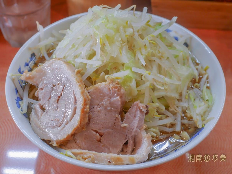 自家製麺 ブーマン しょうゆ:レギューラーサイズ@750円 野菜増し 豚は入念に仕込まれた煮ぶだである