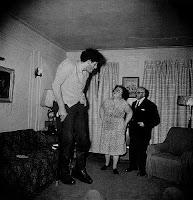 Eddi Carmel, žydų milžinas nufotografuotas namie su savo tėvais Bronkse 1970 m.