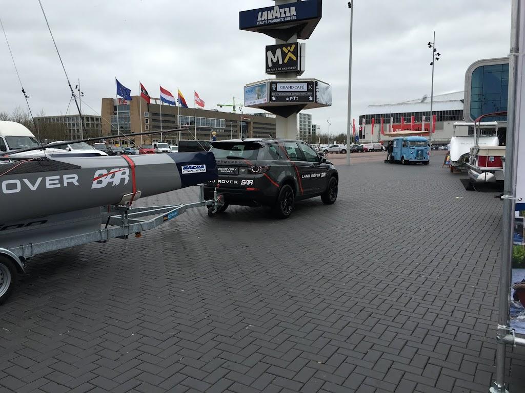 En een super snelle catamaran met fraaie sleep auto.