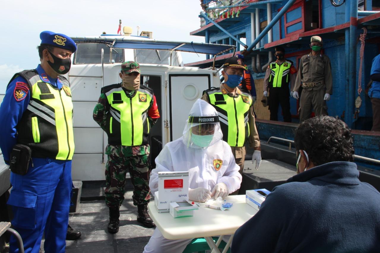 Tim Pemburu Covid-19 Lakukan Rapid Tes Terhadap ABK Kapal Nelayan di Kepulauan Seribu