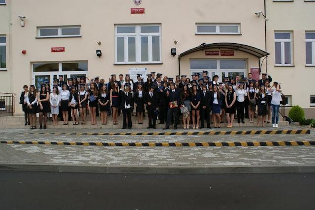 Zakończenie Gimnazjum przed budynkiem bis - DSC08133_1.JPG