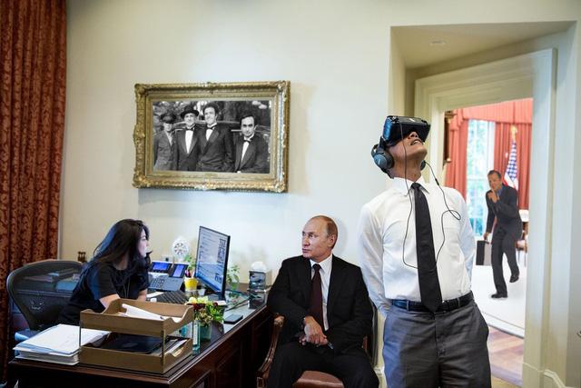Mải mê với kính thực tại ảo ông Obama không hề biết Tổng thống Nga Putin tới thăm