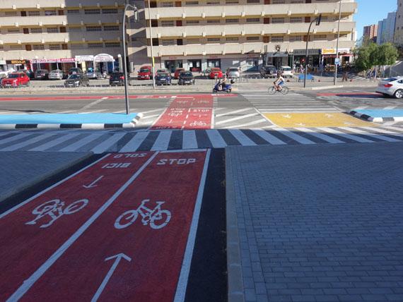 Stop en el carril bici y colorines
