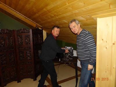 Piotr z Rysiem instalują zestaw muzyczny.