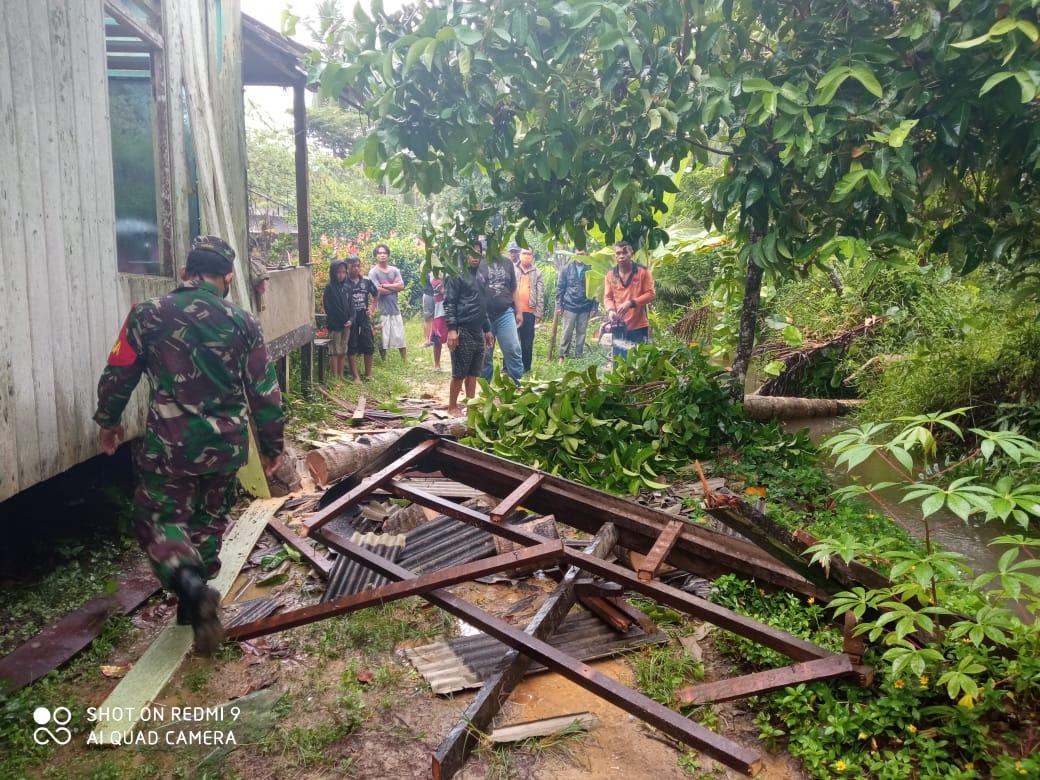Babinsa Panajam Bantu Evakuasi Rumah Warga yang Tertimpa Pohon Kelapa