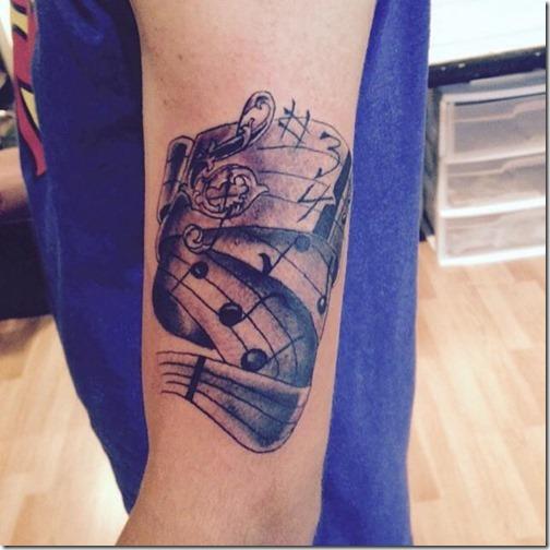 tatuaje_de_notas_musicales_en_tonos_de_gris