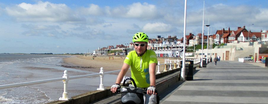 Chris on the Bike am South Beach von Bridlington