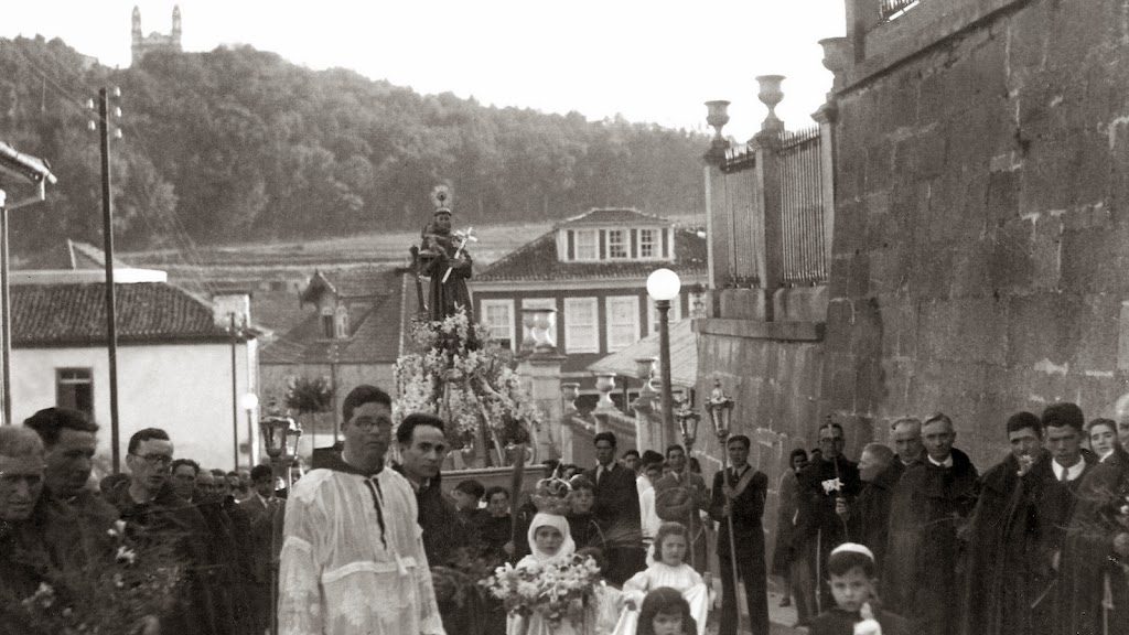 ua de Almacave, junto à Igreja de S. Francisco. Padre Francisco e junto a ele o Sr. Manelzinho da Farmácia Parente