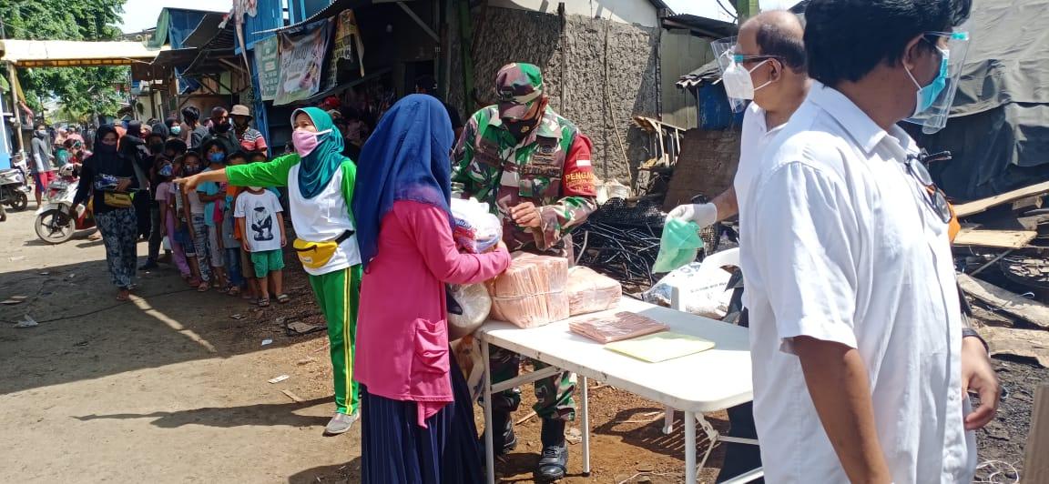 Babinsa Koramil-05/Cilincing Turut Andil Dalam Pembagian Sembako kepada Warga