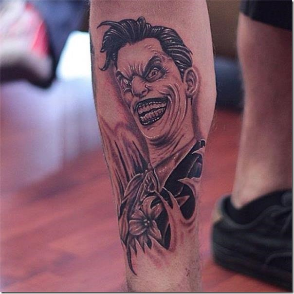 tatuaje-de-joker-en-tonos-de-gris-en-la-pierna