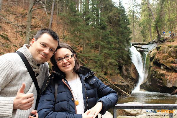 Kasia i Maciej z Ruszaj w Drogę przed Wodospadem Szklarki